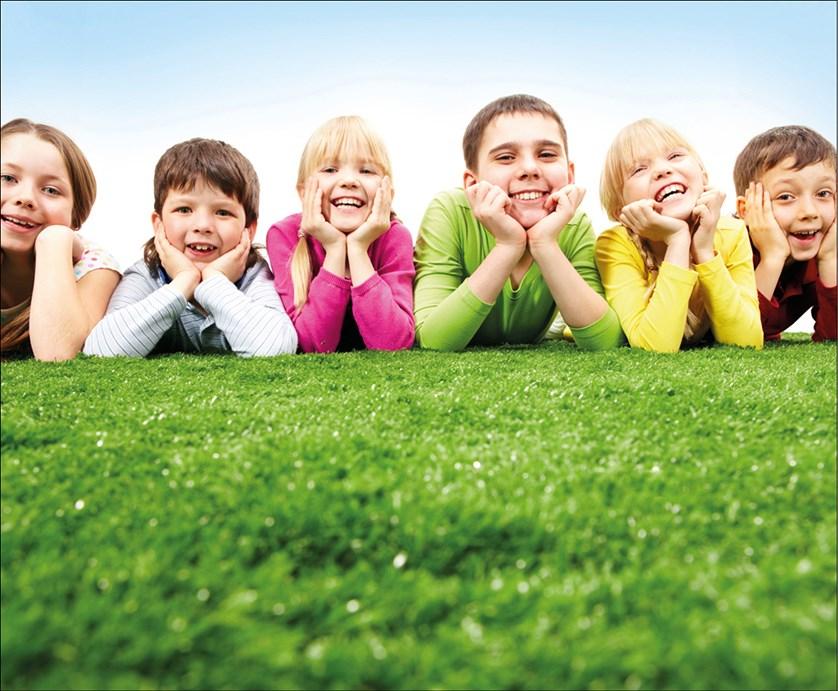 dzieci-na-trawie